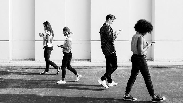 walking and usiing mobile